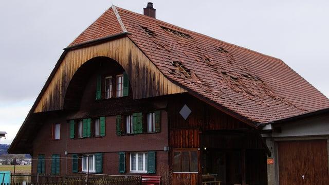 Ein Haus in Uetendorf (BE) mit Schäden am Dach