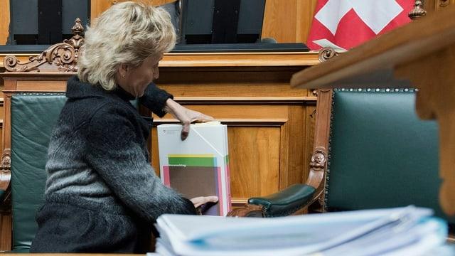 Eveline Widmer-Schlumpf packt in Nationalratssaal ihre Unterlagen ein oder aus.