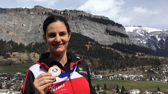Binia Feltscher cun la medaglia dad aur, davostiers il crap da Flem