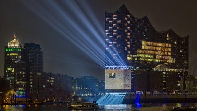 Die Elbphilharmonie im Dunkeln beleuchtet.