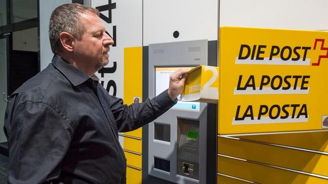Ein Mitarbeiter der Post bedient einen «My Post Automaten» des Post-Netzes der Zukunft