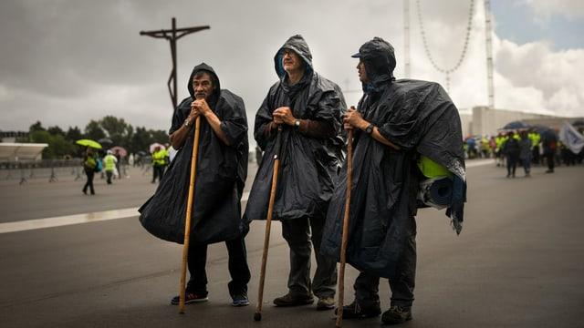 Drei Männer als eine Art Hirten verkleidet auf einem grossen Platz in Fátima.