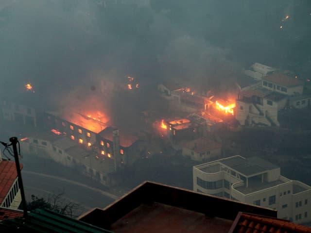 Flammen wüten in Madeiras Hauptstadt Funchal.