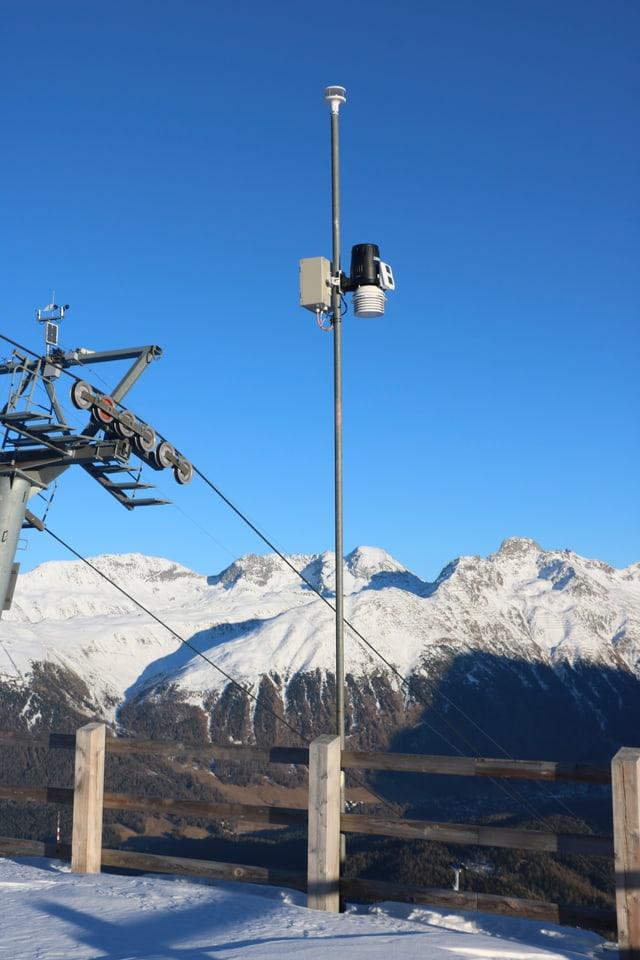 Die Wetterstation beim Masten 10 vor dem wolkenlosen St. Moritzer Abendhimmel