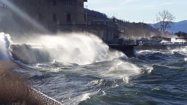 Wellen schwappen in Luino über das Ufer.