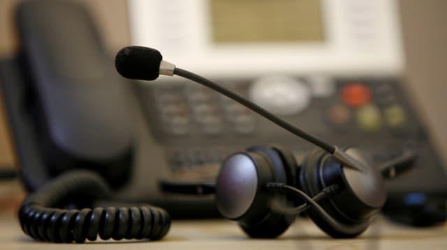 Zu sehen ist ein Telefon mit Headset.