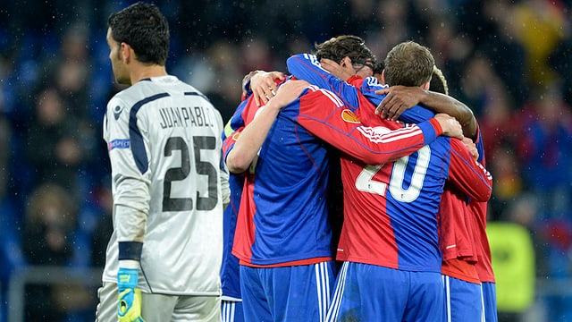 Giugaders dal FC Basilea sa legran suenter in gol cunter Maccabi Tel Aviv il favrer 2014.