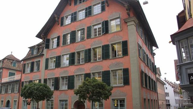 Das Stadthaus Schaffhausen mit seiner roten Fassade und den grünen Fensterbalken wirkt einladend.
