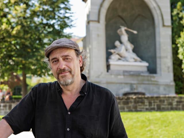 Ein Mann vor einem Denkmal.