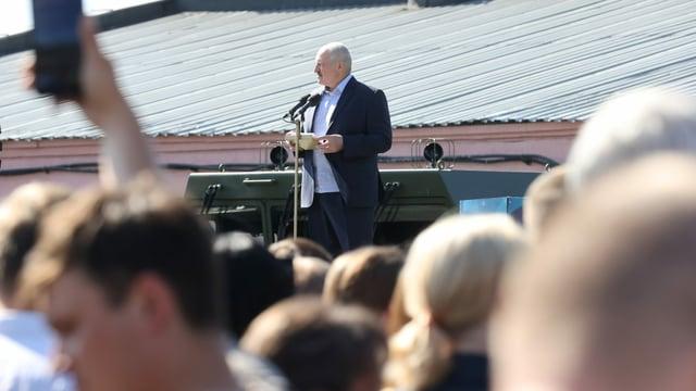 Lukaschenko vor Arbeitern in einer Fabrik, 17. August