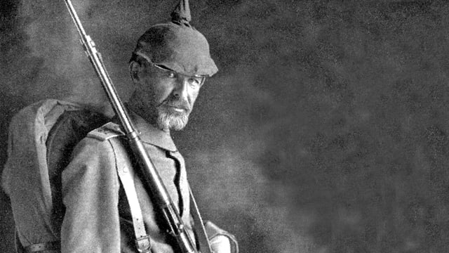 Richard Dehmel in Kriegsuniform mit Pickelhaube und Gewehr
