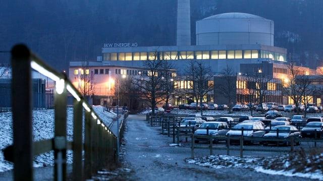 Das AKW Mühleberg mit wenig Schnee und in der Nacht.