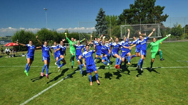 Die Spielerinnen des FC Neunkirch jubeln und hüpfen auf dem Spielfeld umher.