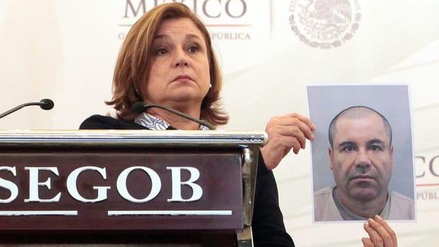 La procurista generala dal Mexico, Arley Gomez, mussà ina fotografia da Guzmán.