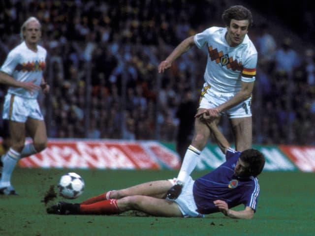 Katanec mit einem Tackling, erwischt den Ball vor Ceulemans.