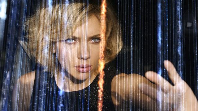 Scarlett Johansson hinter Leuchtstreifen.
