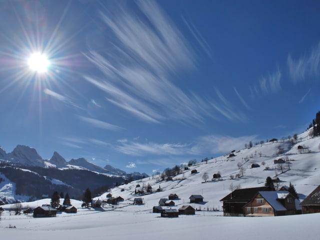 Schneelandschaft, blauer Himmel, wenige Schleierwolken.