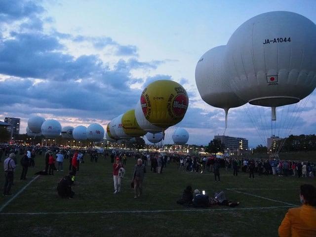 Gasballone vor dem Start auf einer Wiese