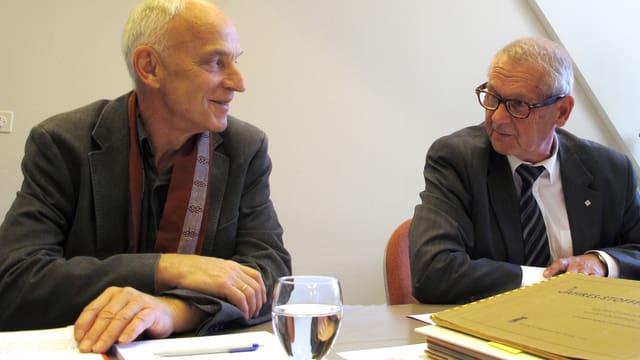 Klauser und Degen sitzen am Tisch während der Medienkonferenz.