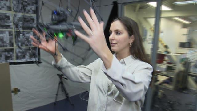 Frau hält Drohne.