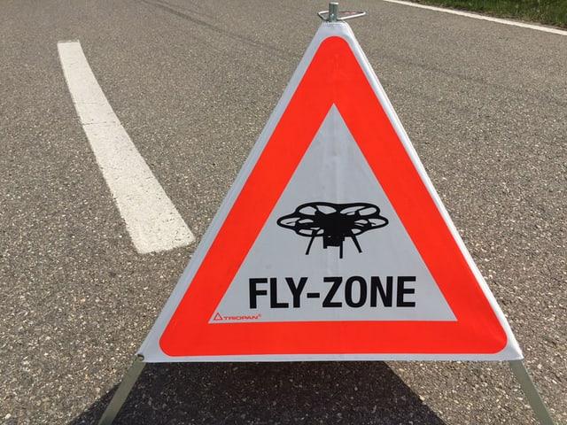 Warntafel mit einer Drohne und der Aufschrift «Fly-Zone».