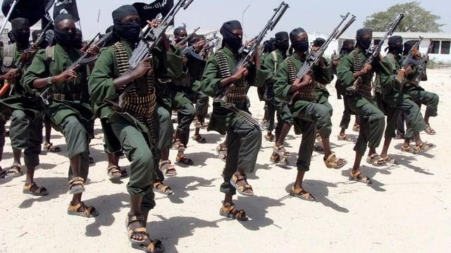 Kämpfer der Al-Shabaab-Miliz bei einer Militärübung