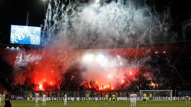 FCZ-Fans zünden Feuerwerk im Stadion Letzigrund.