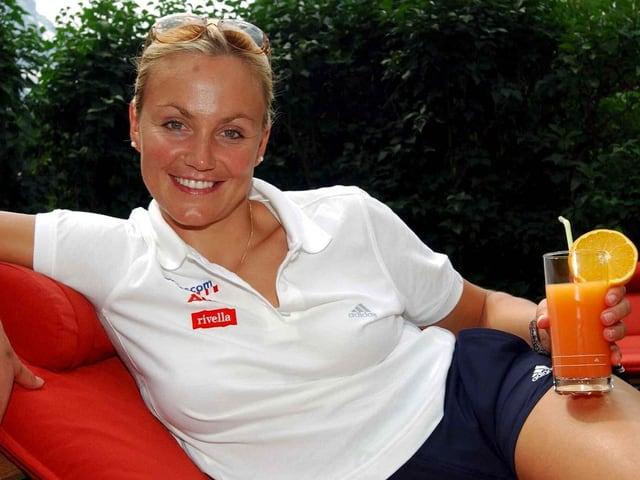 Sonja Nef liegt auf einem Liegestuhl.