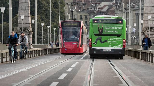 Ein Tram und ein Bus in Bern.
