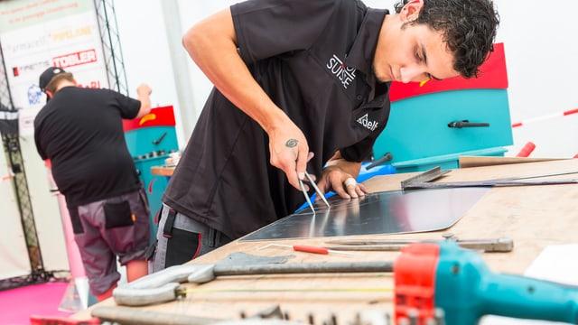 Giuvenil a la lavur durant ils Swiss Skills 2014 a Berna.