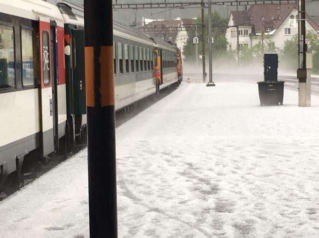 Hagelbedecktes Bahnhofsperron.