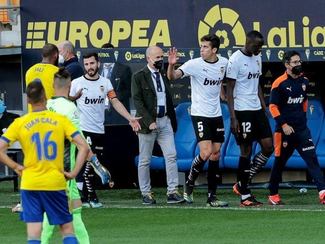 Die Valencia-Spieler verlassen in Cadiz das Spielfeld.