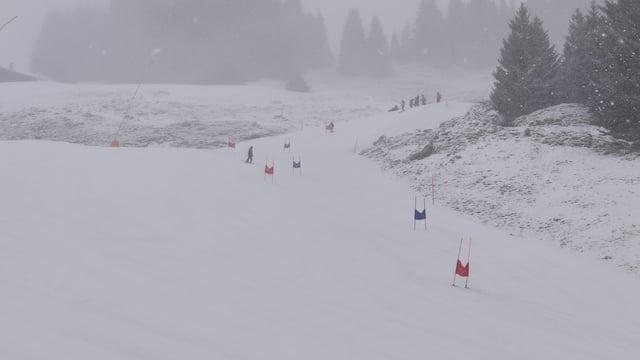 Purtret d'ina pista cun mess ora portas per far cursa da skis.