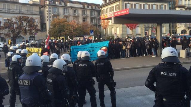 Konfrontation auf dem Bahnhofsplatz: Die Polizei nimmt die linken Demonstranten in die Zange