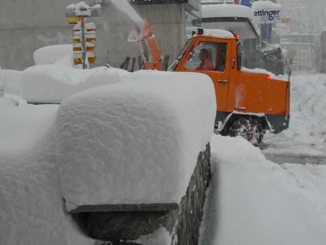 Eine Schneeschleuder kämpft sich durch den Schnee.