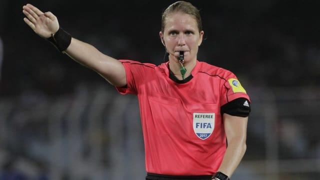 Eine Schiedsrichterin an der Frauenfussball WM
