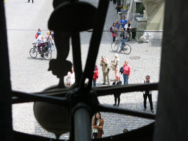 Aussicht aus dem Guckloch des Zifferblattes der Uhr auf den Platz vor dem Zytglogge-Turm.