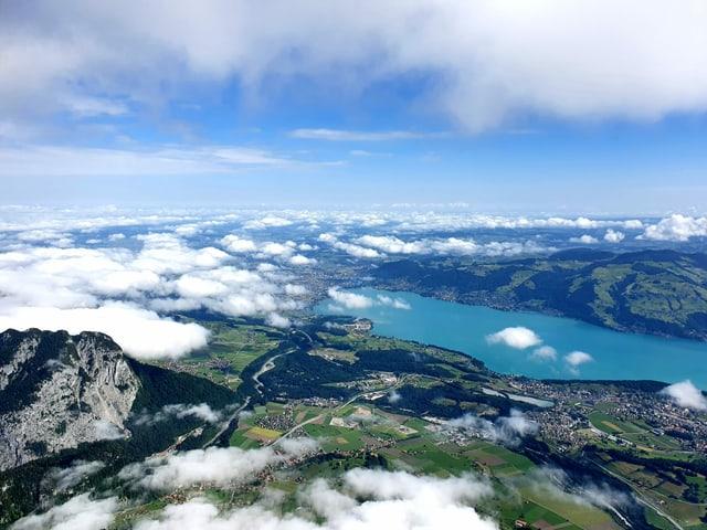 Blick auf tiefe und hohe Wolken von einem Gipfel aus.