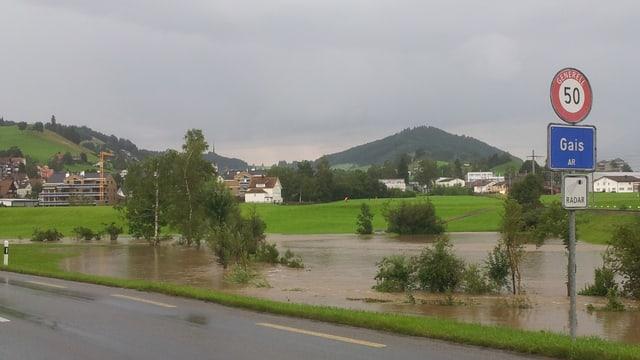 Eine überflutete Wiese am Dorfeingang von Gais (AR).