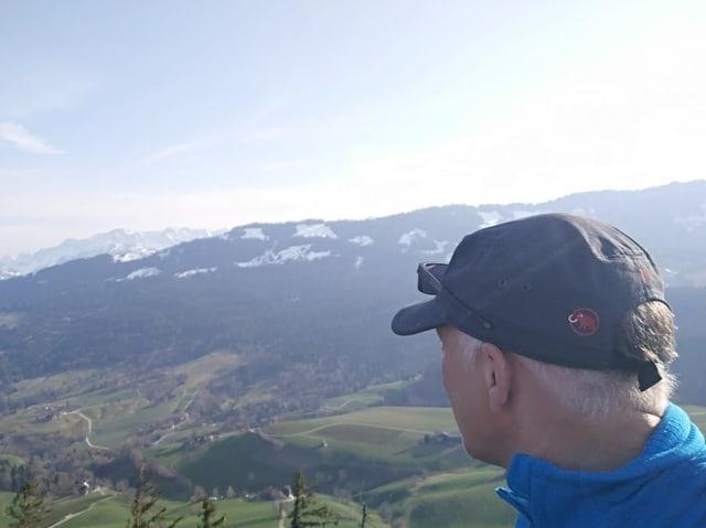Marcel Hähni vor der Aussicht in Richtung Gantrisch