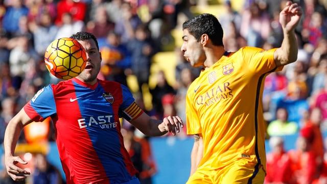 Levante-Captain David Navarro im Duell mit Luis Suarez.