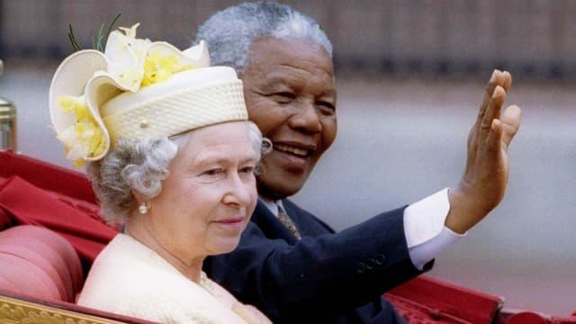 Nelson Mandela winkend und die Queen.