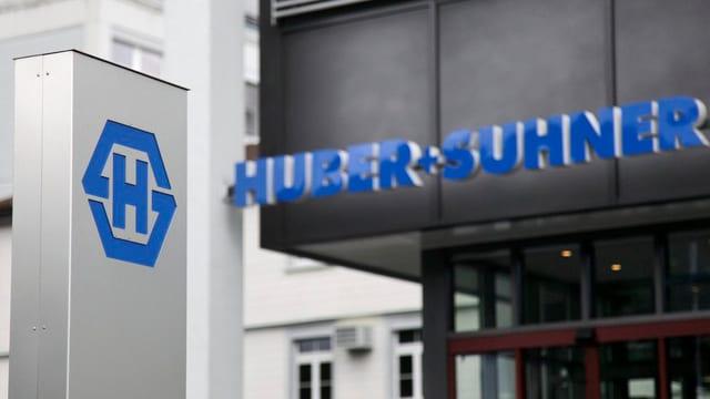 Bajetg da Huber+Suhner che mussa er il logo dal concern.