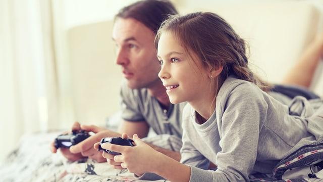 Kinder und Erwachsene biem Gamen