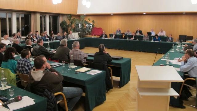 Ratssitzung in grossem Saal.