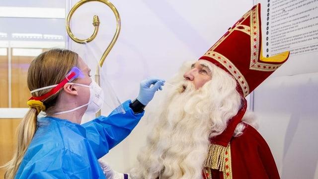Niederlandes Samichlaus wird auf das Coronavirus getestet.