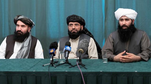 Drei Vertreter der Taliban sitzen nebeneinander an einer Konferenz in Moskau.