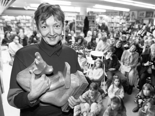 Christine Nöstlinger erhält einen Preis, die einer Kuh gleicht.