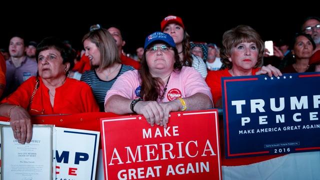 Frauen mit Pro-Trump-Schildern.