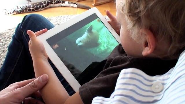 Kind schaut Film auf iPad.
